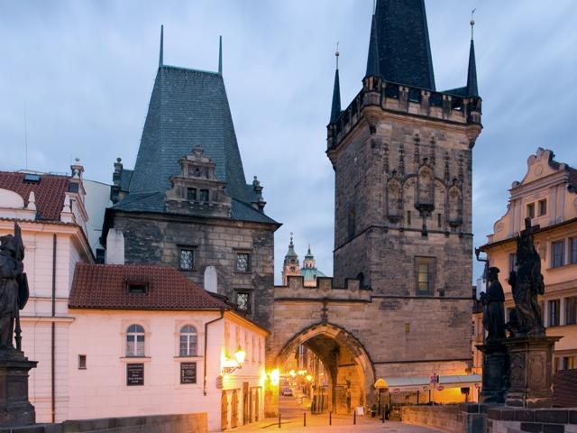 Карлов мост в Праге (Чехия), вид на Малостранские мостовые башни