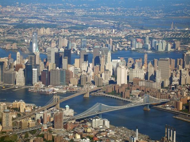 Панорамное фото Нью-Йорка, на котором видны Бруклинский и Манхэттенский мосты