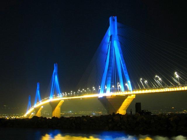 Ночной вид на самый длинный мост в мире Рио-Антирио