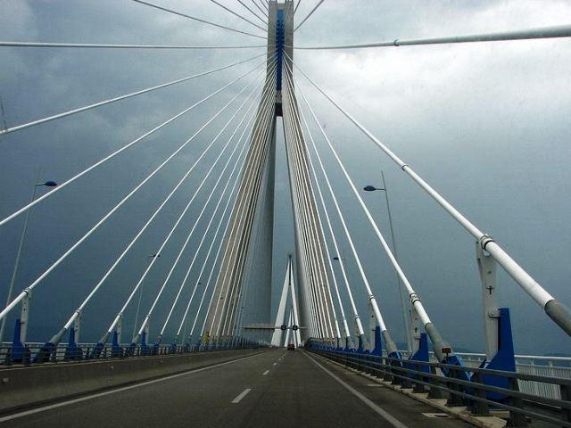 Проезжая часть самого длинного моста в мире Рио-Антирио (Греция)