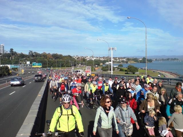 Вело пробег по мосту Харбор Бридж в Окленде, Новая Зеландия