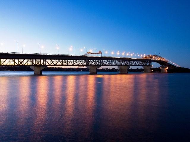 Ночной вид мост Харбор Бридж в Окленде, Новая Зеландия