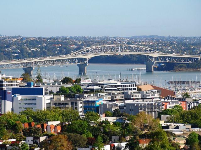 Вид из города на мост Харбор Бридж в Окленде, Новая Зеландия