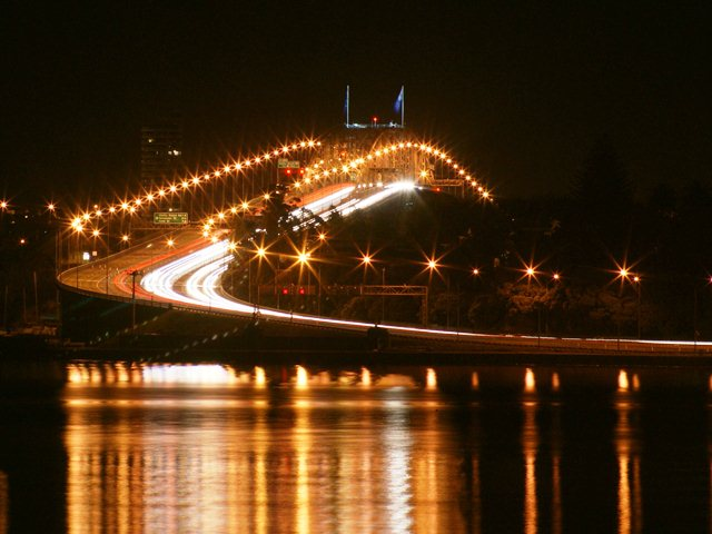 Ночной мост Харбор Бридж в Окленде, Новая Зеландия