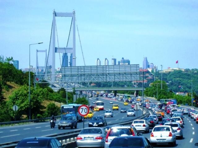 Автомобильное движение по мосту через Босфор
